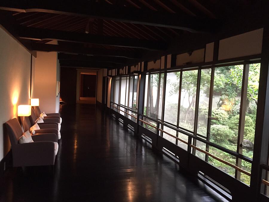 窓に写る日本庭園とおしゃれな廊下