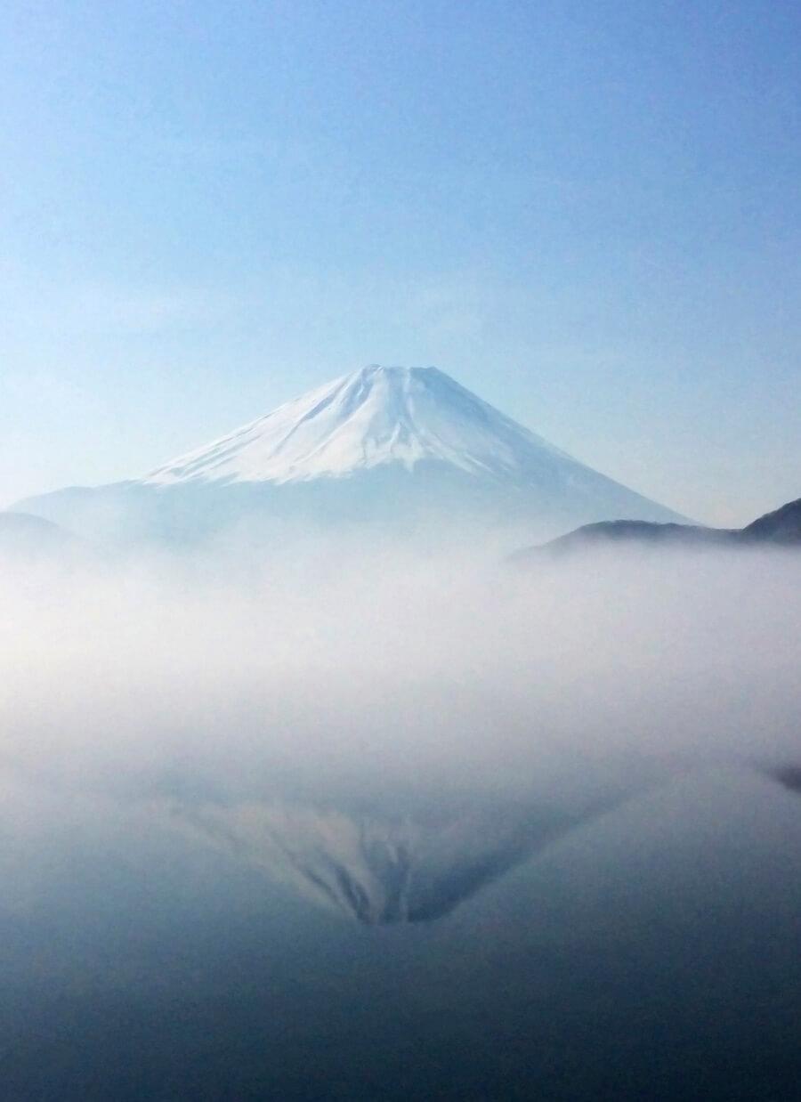 朝霧に包まれる富士山