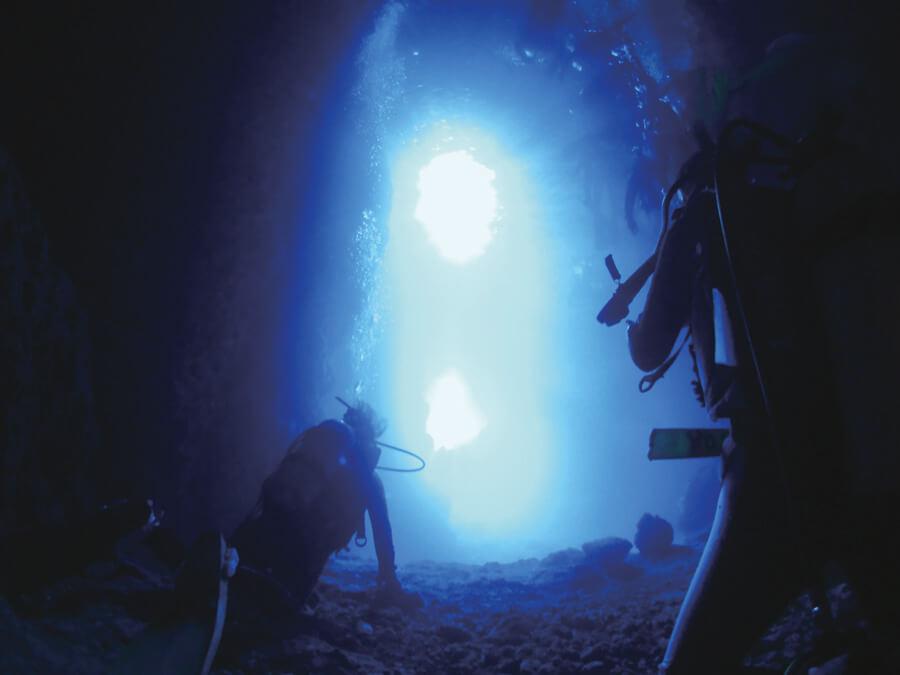 海中からの真栄田岬の青の洞窟