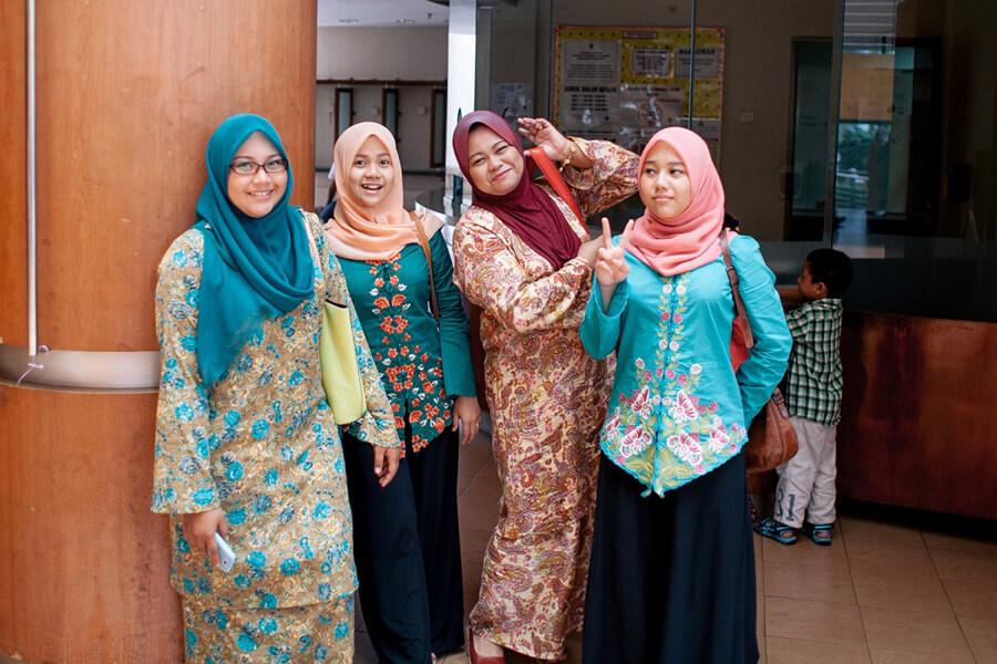 バジュを着た女性達