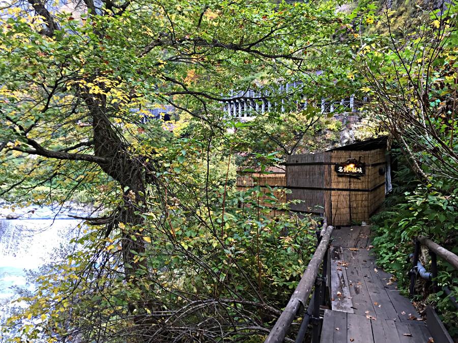 名剣温泉にたどりつくまでのつり橋