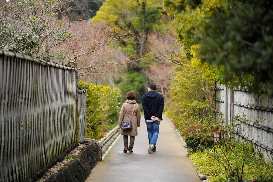 徳川園を歩く父娘の写真