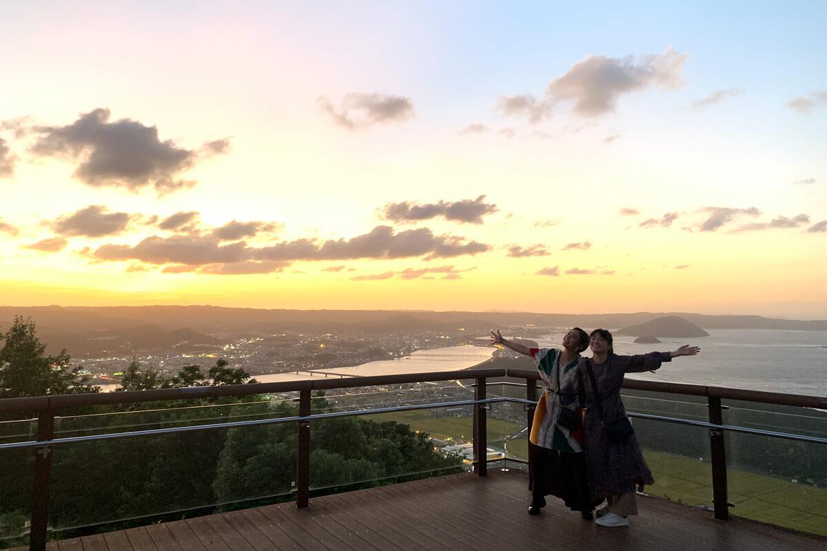 鏡山展望台にて。左から平祐奈、優希美青 ©TBS