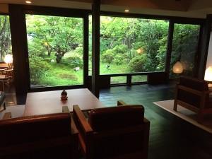 ロビーにいくと窓いっぱいに広がる日本庭園