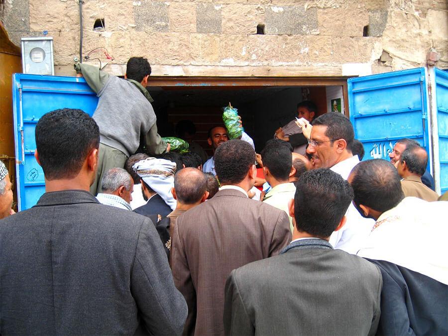 カート屋に群がるイエメン男性たち