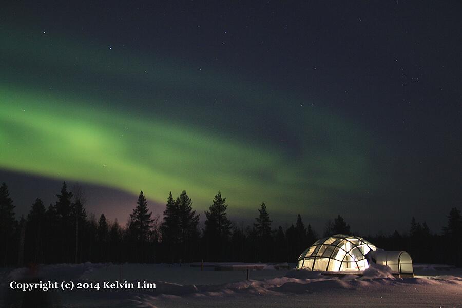 オーロラがうっすらとかかる夜空とドーム