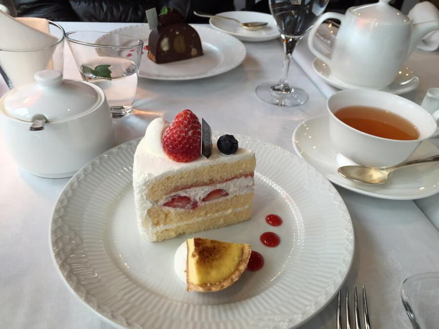 パルファンドゥーショートケーキとショコラケーキ。テラス席