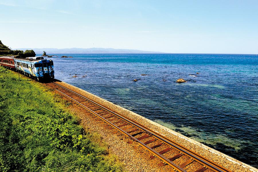 海岸線を走る列車
