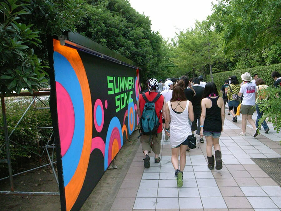 マソニ、看板と歩く人たち