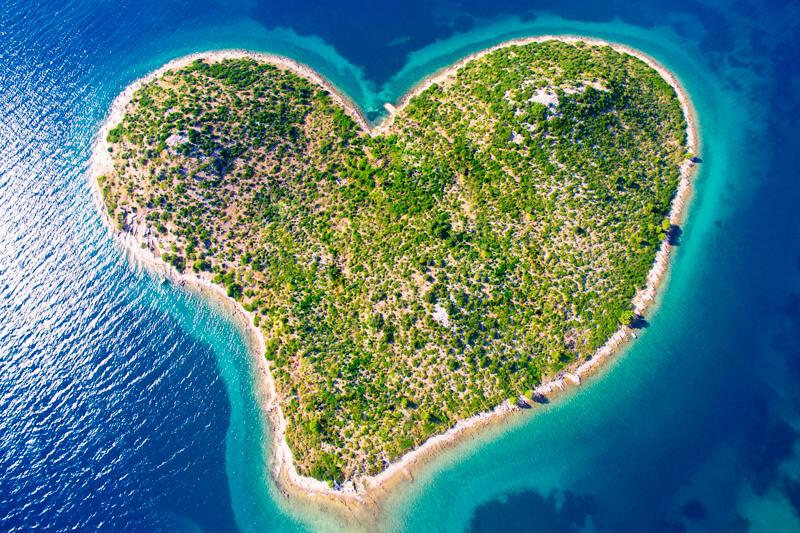 ロマンチックな絶景!大切な人と行きたい世界の「ハートの島」6選