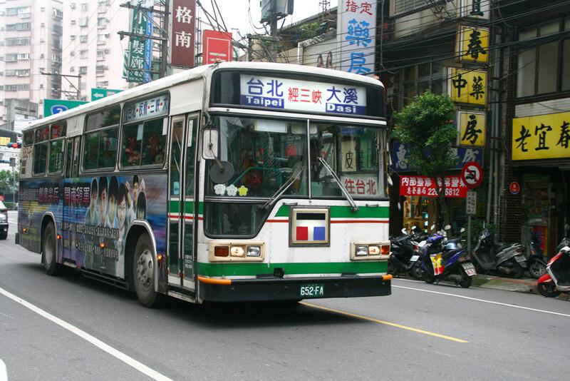 九份の街中を走るバス