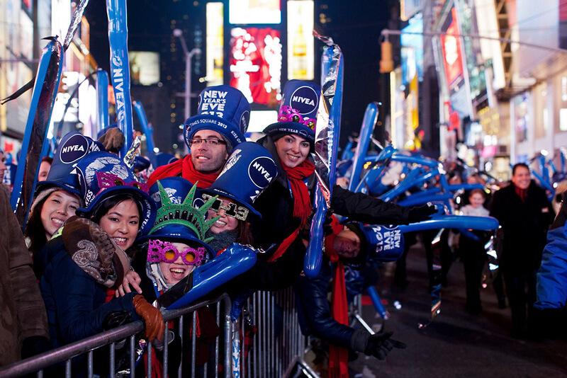 ニューヨークのニューイヤーセレモニーを楽しむ人々