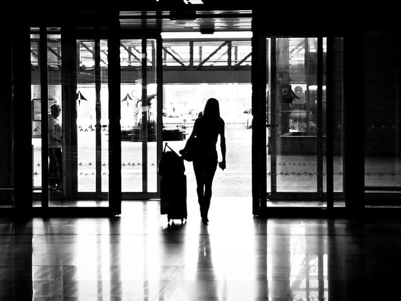 空港を往く女性のイメージ