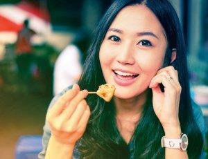 食事する女性