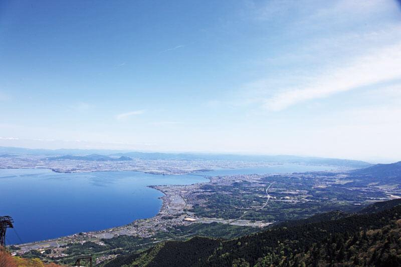 標高1,100mにあるテラスから琵琶湖を一望。この夏オープンした「びわ湖テラス」は、要チェック!
