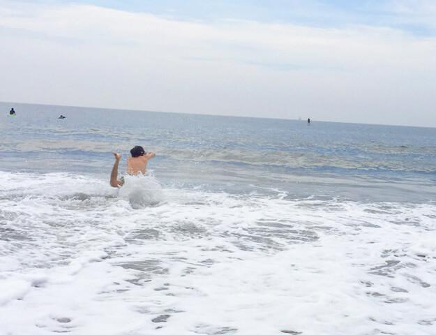 海に飛び込むいばたさん