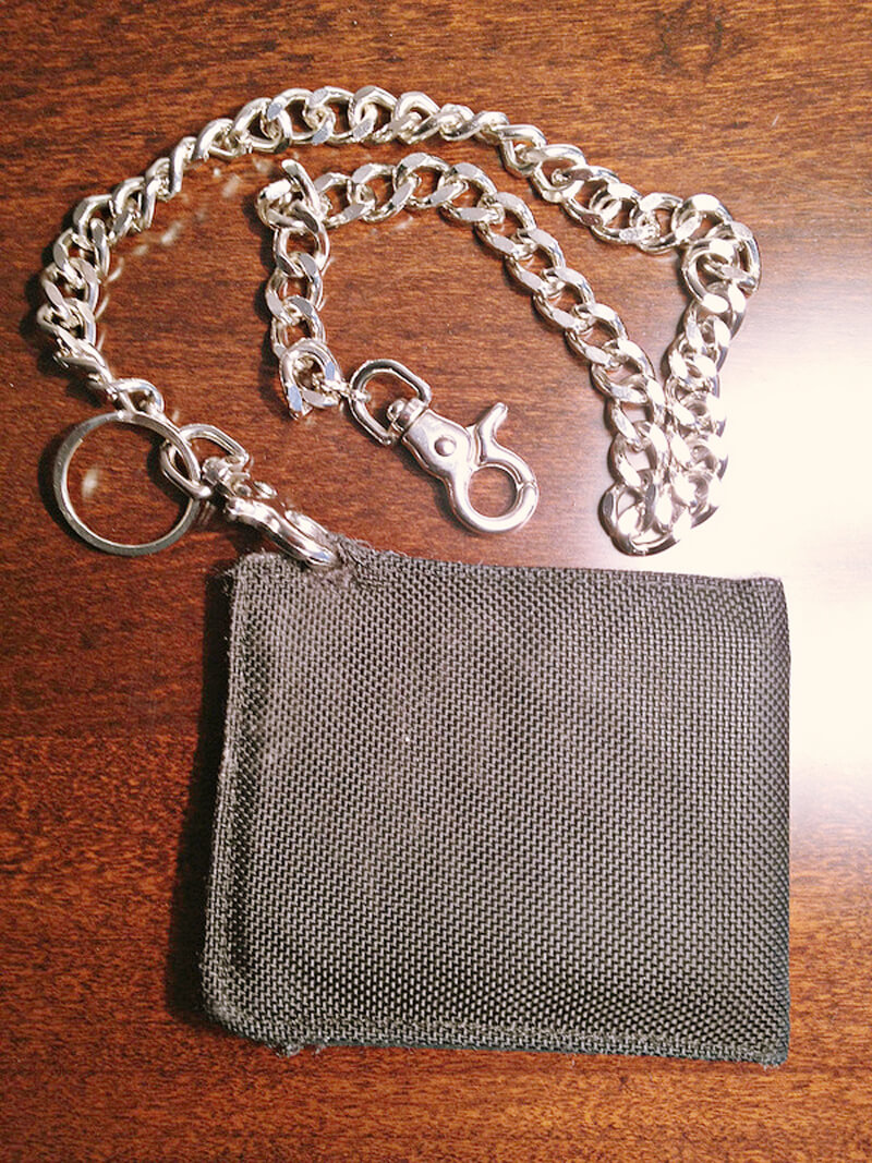 ウォレットチェーン付きの質素な財布