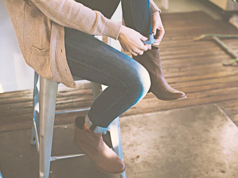 歩きやすい靴を履く女の子