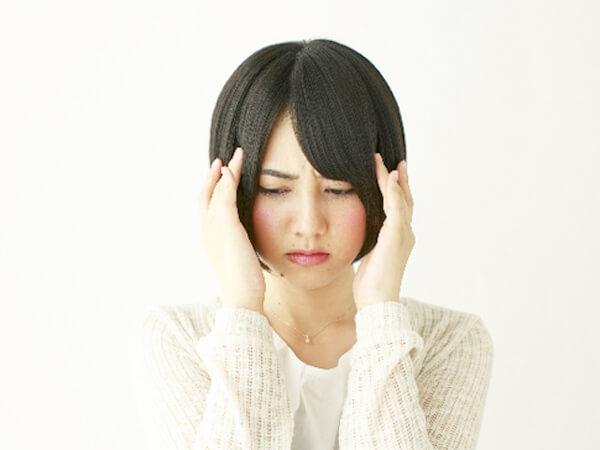 どうしよう…と頭を抱える女性