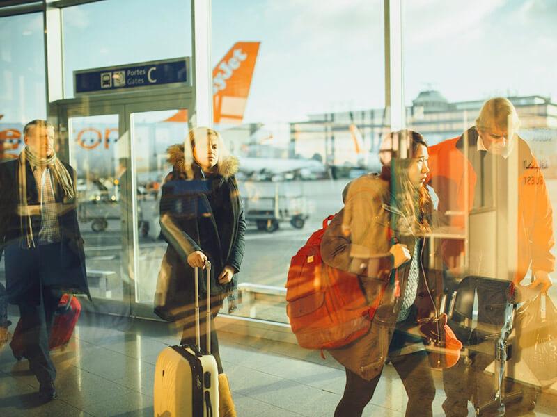 荷物をひいて移動する人たち