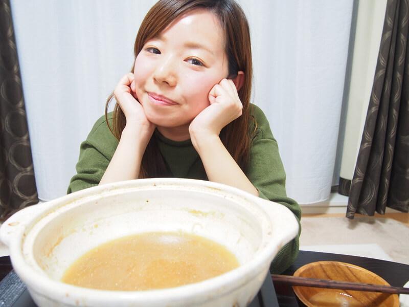 鍋をペロリ♪ごちそうさまをするナナコさん