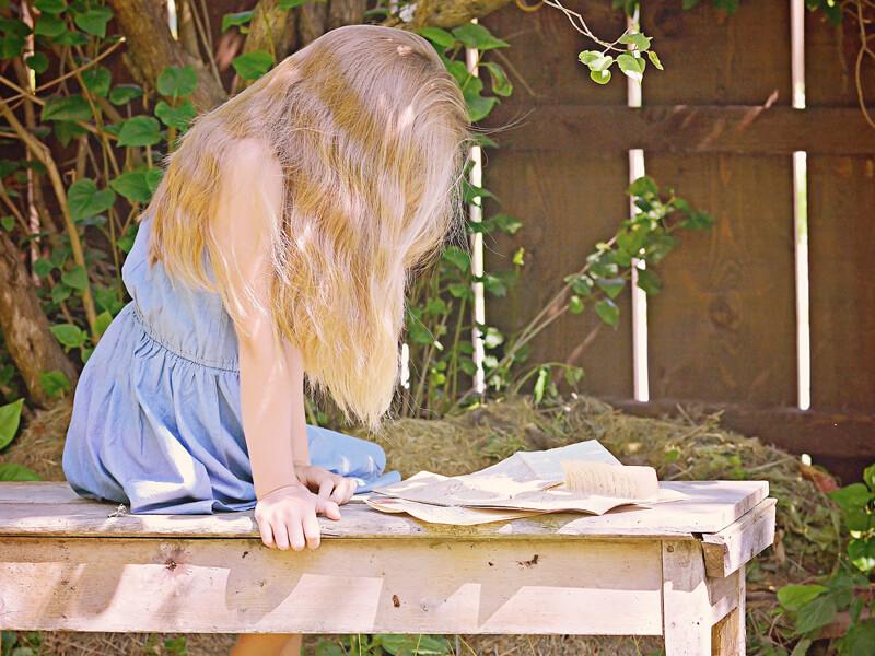 手紙を読む少女