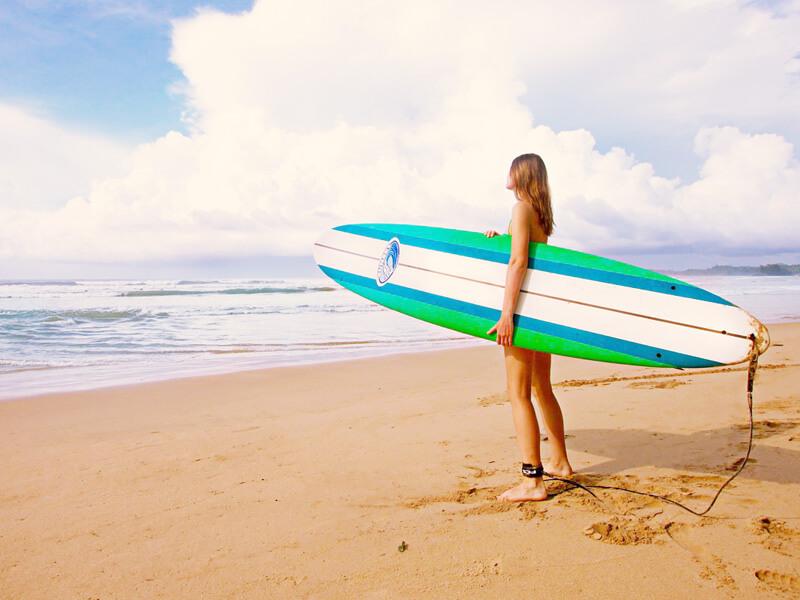 サーフィンを楽しむ女性