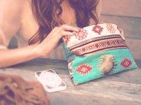 バッグをゴソゴソする女性