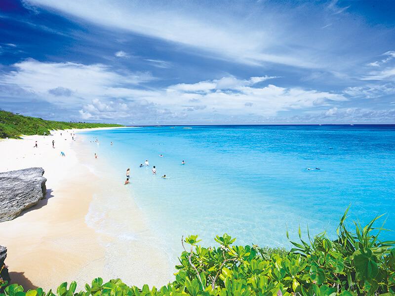 澄んだ沖縄のビーチ