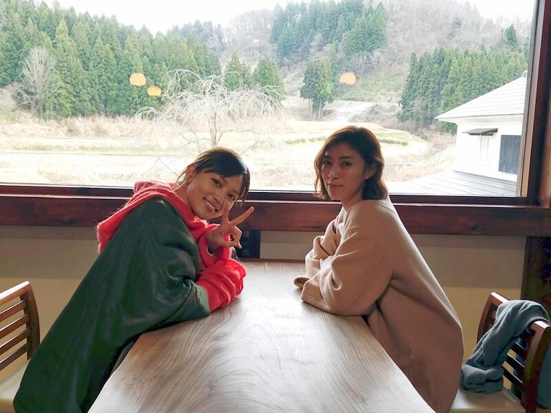 冬の新潟|左から川口春奈と岡本あずさ ©TBS