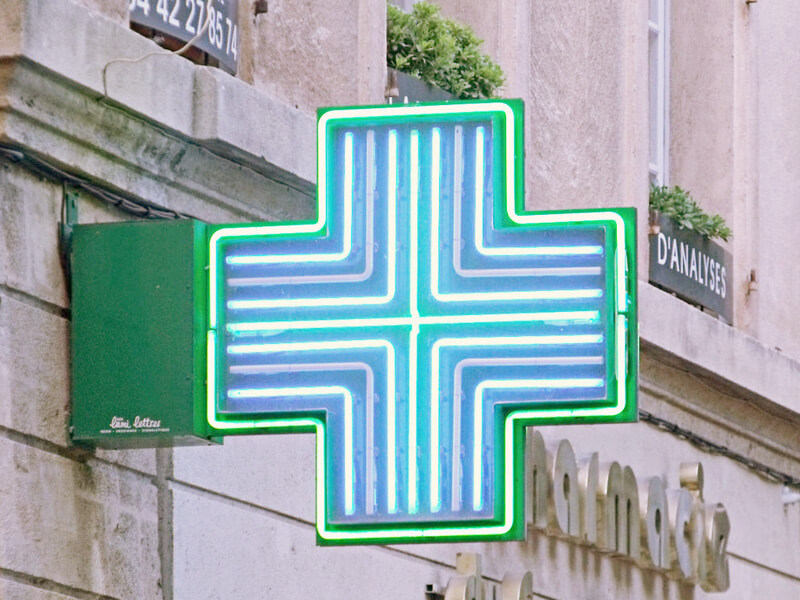 フランス薬局の看板