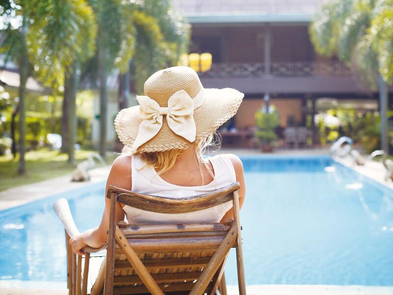 プールサイドでのんびりする女性