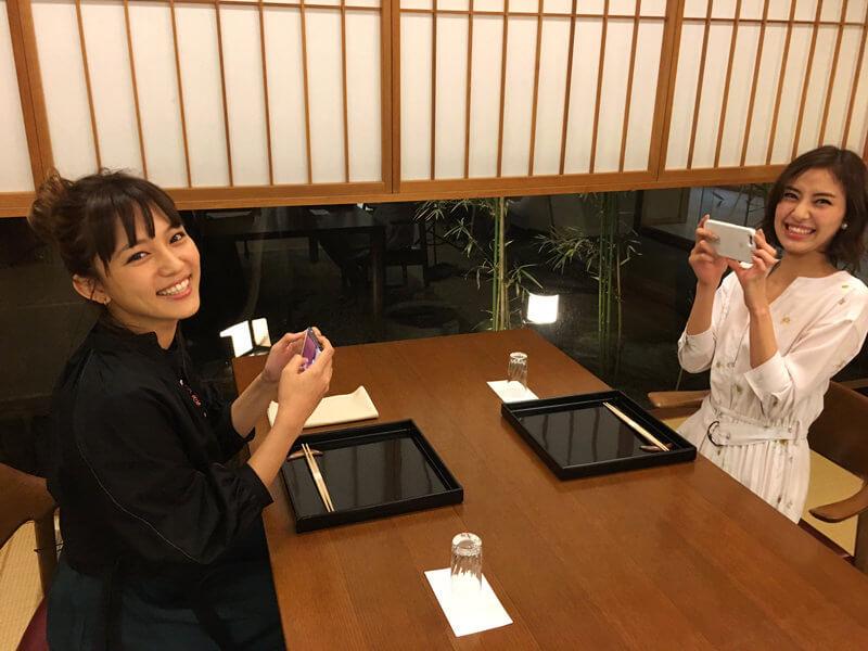 新潟|左から川口春奈と岡本あずさ ©TBS