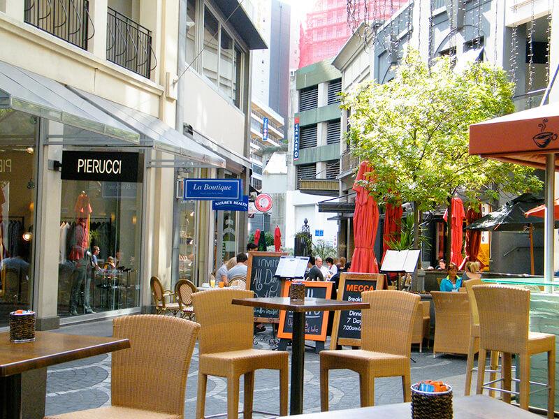 ダウンタウンのショップとカフェのテラス