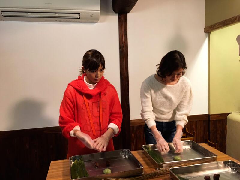 笹団子作りを体験|左から川口春奈と岡本あずさ ©TBS