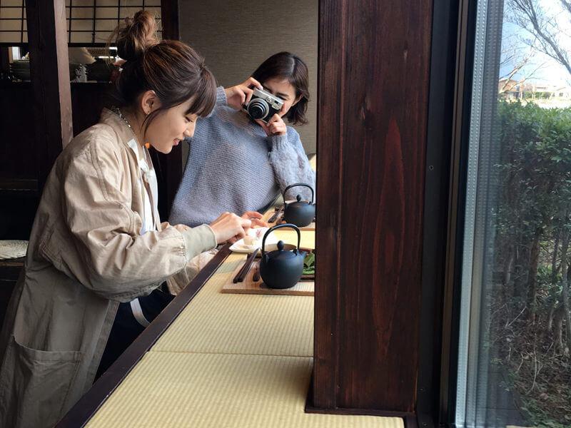 しょこら亭|左から川口春奈と岡本あずさ ©TBS