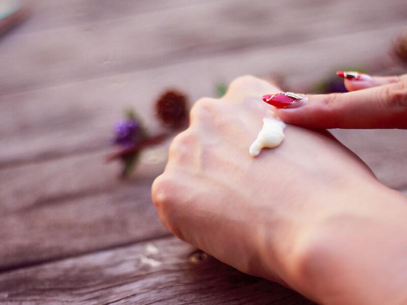 ボディクリームを塗る女性