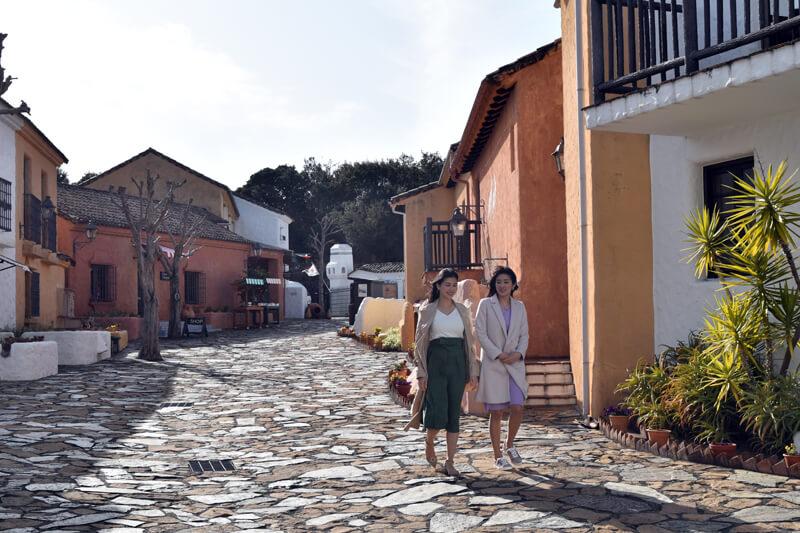 志摩地中海村|左から橋本マナミと葉加瀬マイ ©TBS