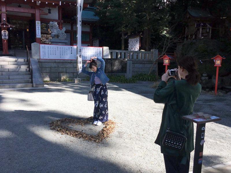 熱海の来宮神社|左から福原遥と山崎紘菜 ©TBS