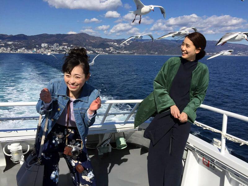 高速船で初島へ|左から福原遥と山崎紘菜 ©TBS