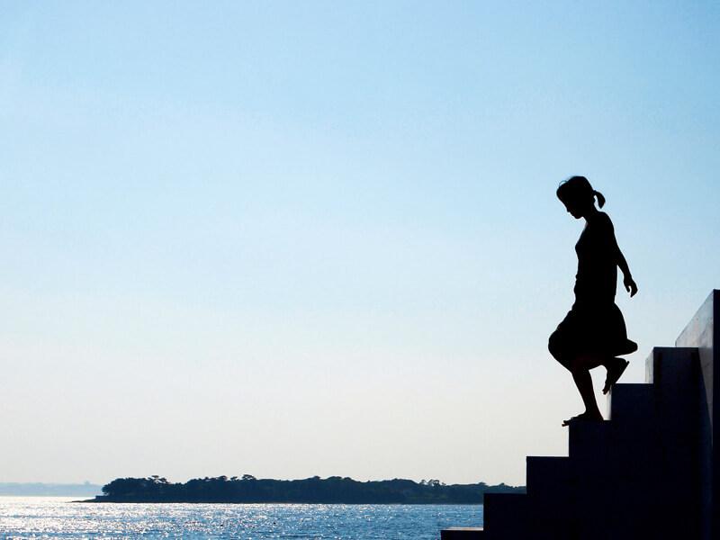佐久島のアートと女性