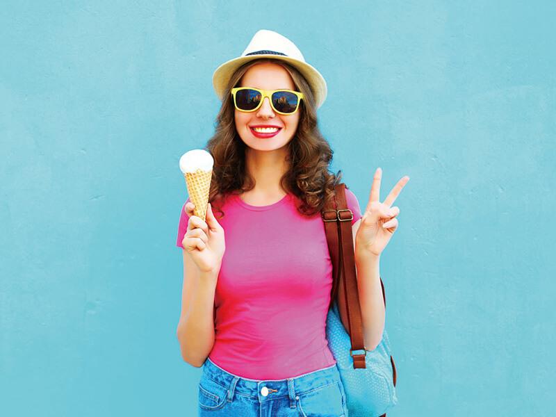 アイスをおすすめするポップな女性