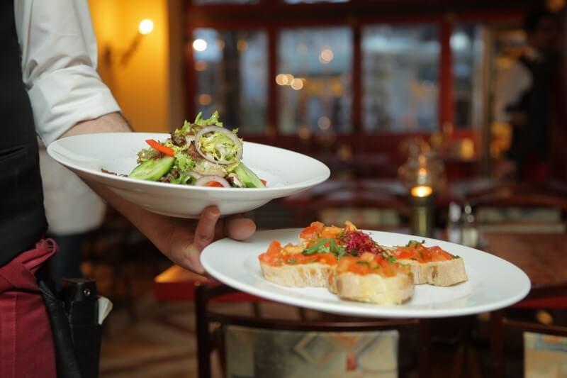 せっかく行くなら美味しい料理が食べたい♪ 海外旅行時に役立つレストランの選び方