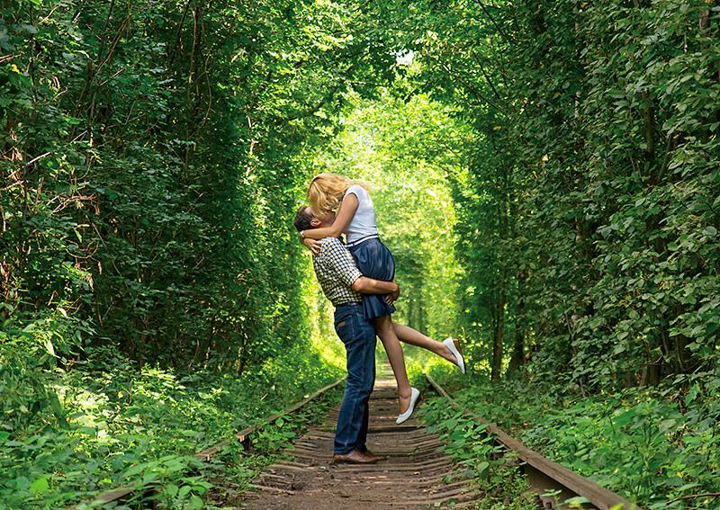 愛のトンネルで抱き合うカップル