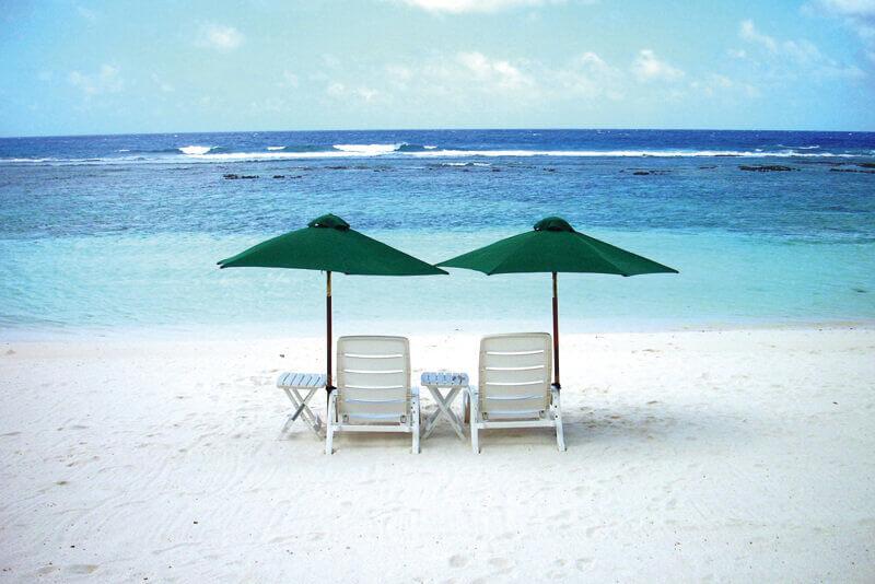 チェアが置かれたテテトビーチ