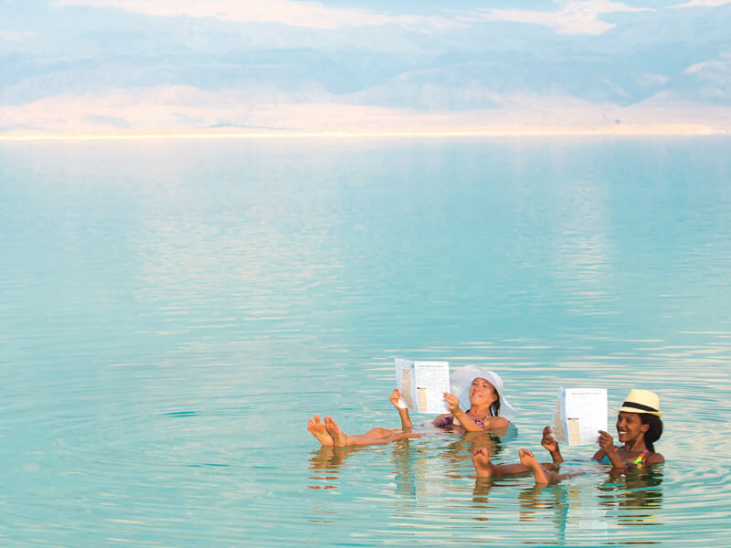 死海に浮かぶ女性たち
