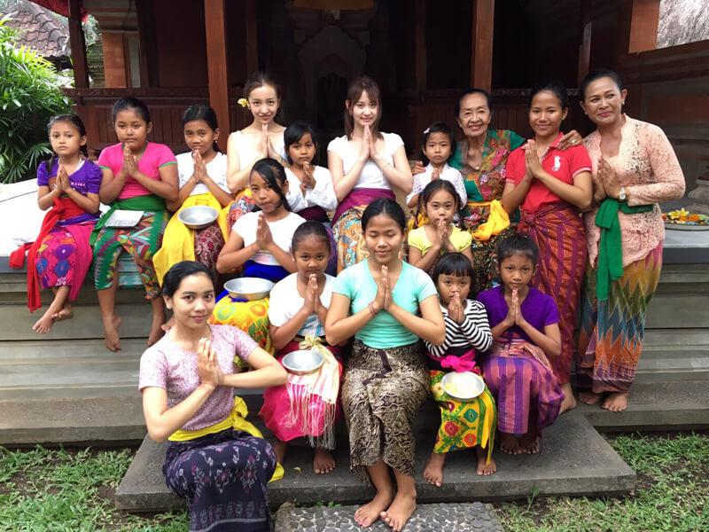 バリ舞踊の先生と生徒と。左から板野友美、永尾まりや ©TBS