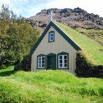 屋根が芝生?! アイスランドの伝統的な住居「芝生の家」を見てみたい!