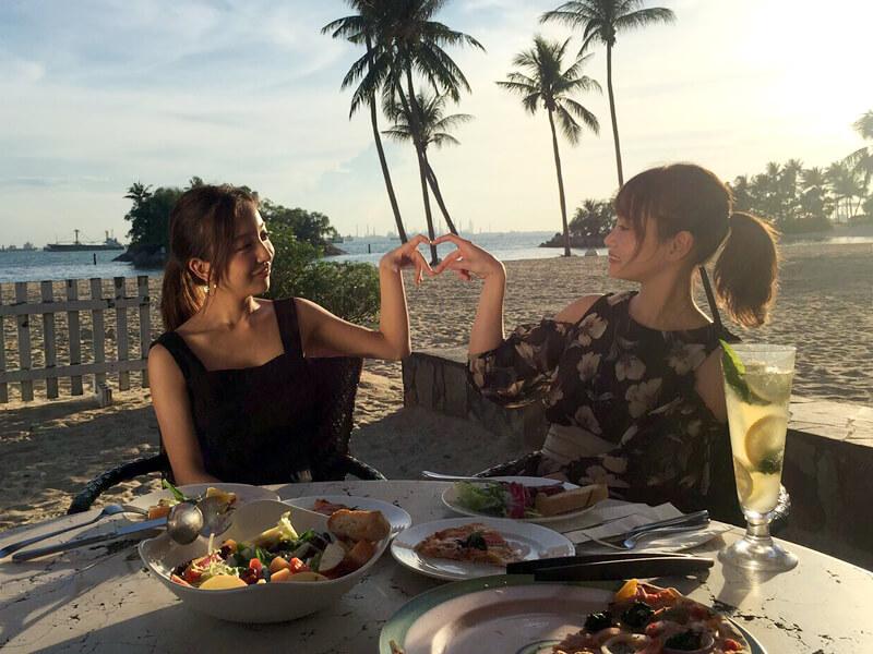 シンガポールビーチバーでの夕食。左から板野友美、永尾まりや ©TBS