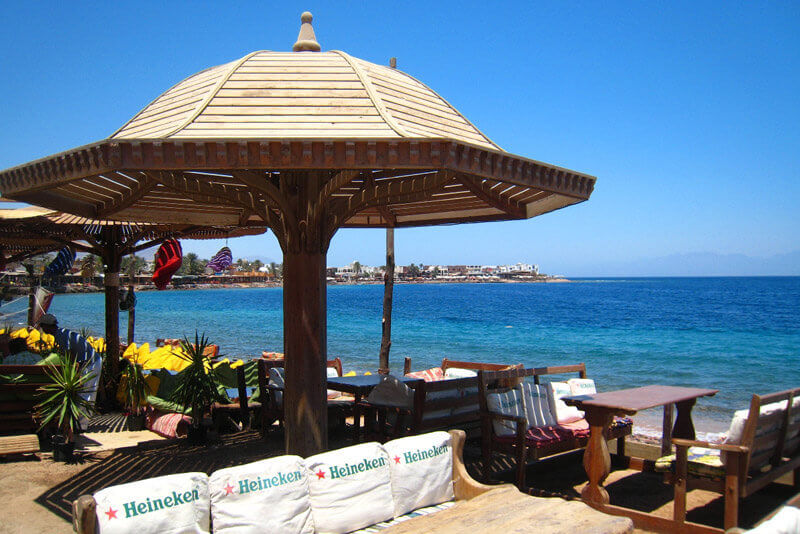 ビーチ沿いのオシャレなカフェ